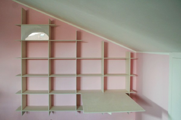 Libreria Criciata bianca su parete rosa