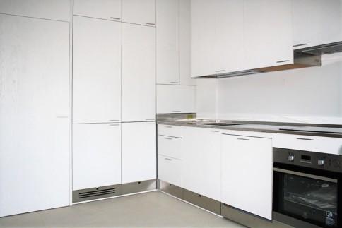 parete integrata con la cucina su misura