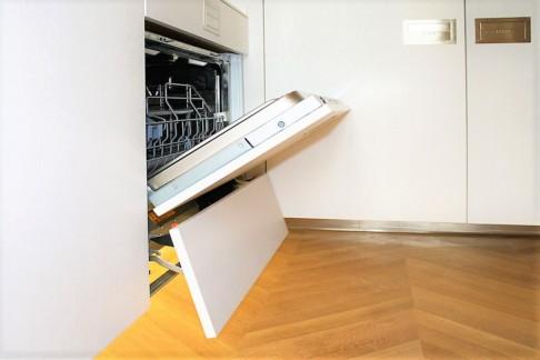 Cucina su misura funzionalità dedicata, apertura lavastoviglie sospesa