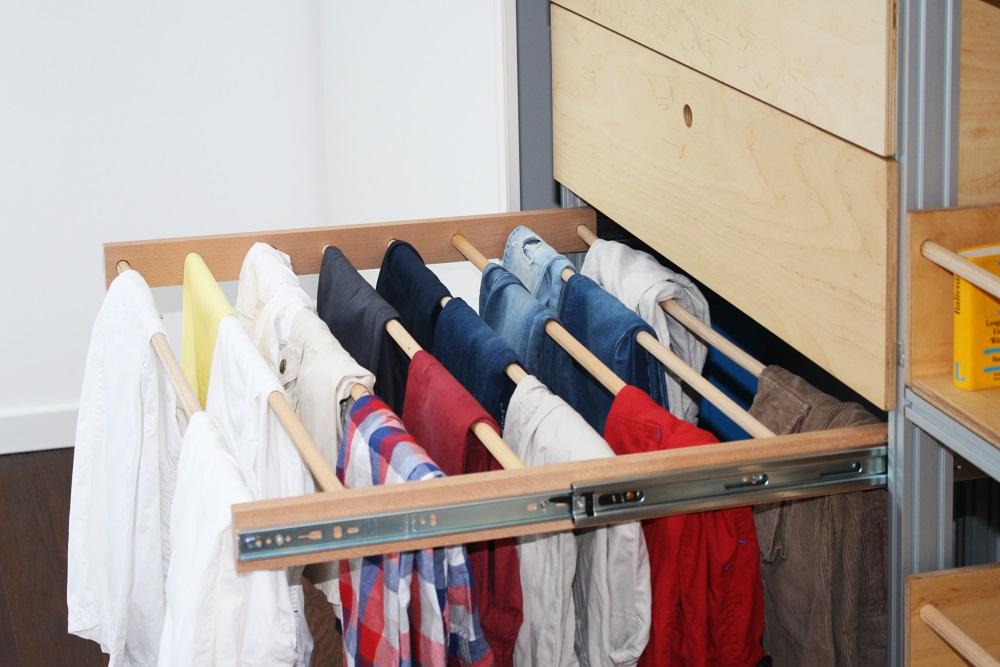 Pantaloni in ordine sul portapantaloni