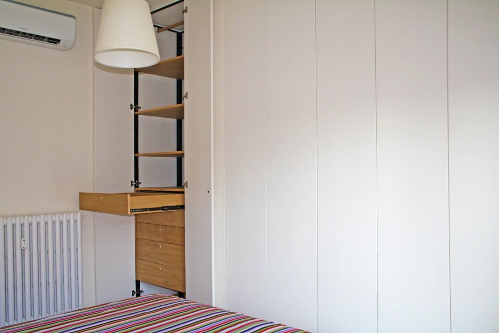 armadio su misura ante aperte con cassettiera