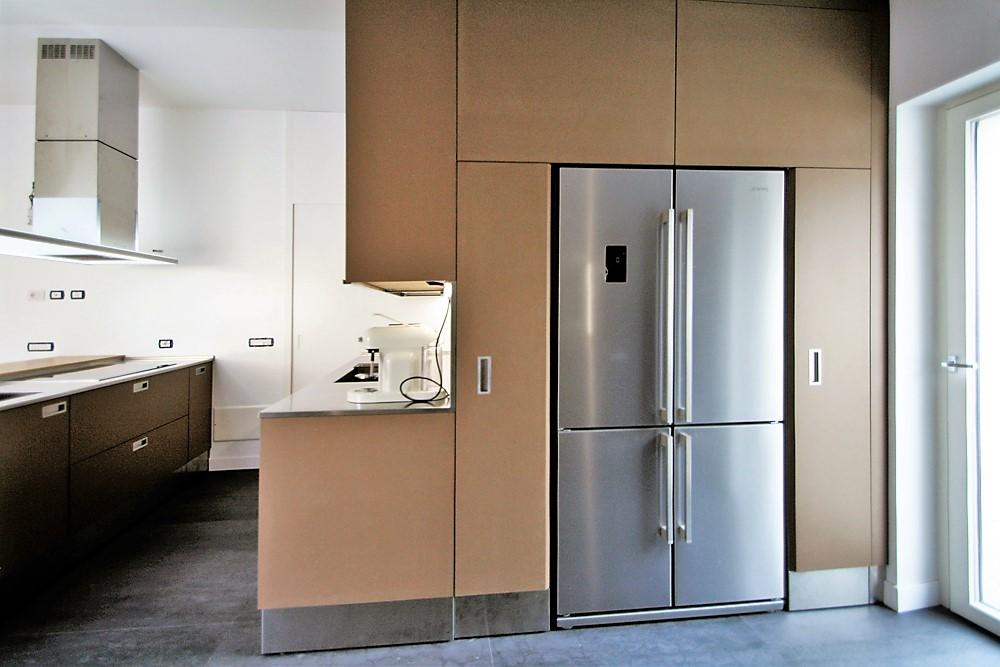 Blocco con frigorifere e colonne dispensa