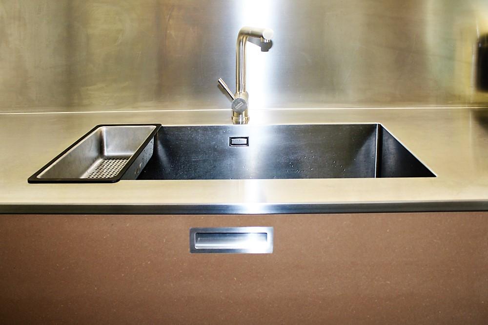Lavello monovasca con rivestimento a parete in acciaio Inox