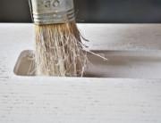 """Workshop Marcaclac Si oggi si pittura a mano un Armadio straordinario. Lo scheletro Marcaclac montato dello straordinario Armadio già troneggia in un angolo del workshop. Tutti gli interni dell'armadio, cassetti, cassettoni, porta pantaloni, appenderie sono già stati trattati a olio duro all'acqua. Le ante realizzate in pannelli di Rovere, sono state pretrattate con spazzolatura manuale con spazzola in ferro per far emergere e mettere in evidenza la venatura rigata del legno. Poi dipinte con un fondo, carteggiate con gr 320, e oggi, con lo smalto bianco, sulle grandi, alte, 3 metri e 20, ante si va di colore. Come sempre, tutti i prodotti impiegati, sono rigorosamente i prodotti naturali di BIOFA, i migliori sul mercato. Fa un gran caldo ma dentro al workshop si lavora bene. Sergio si è messo in tenuta da lavoro. Si fa per dire, indossa solo un paio di calzoncini corti bianchi con una riga blu, tipo costume. Fischia, fuma e intanto dipinge. Io faccio la sua assistente. Portaborse? No porta ante. Lo aiuto a trasportare le altissime ante di questo straordinario armadio. Vanno trasferite dai cavalletti dove vengono dipinte alla zona essiccatoio approntata sul grande tavolo da lavoro. Noi chiamiamo questa operazione fare il """"Castillio"""". Ora non so bene perché e come ma deve centrare qualcosa con Sacha Baron Cohen, quel irriverente attore che tanto ricorda il grande Groucho Marx. Boh a volte le cose son strane. Si decisamente lo spazio di lavoro del workshop è piuttosto sacrificato per tutte le attività che ci svolgiamo. i materiali, i pannelli di varie essenze di Legno, i profili Marcaclacsistema, troncatrice, trapano a colonna, attrezzi, carrellini, latte di colori, il suo studio invaso dai fogli di progetti, che rigorosamente continua a realizzare a mano, le sperimentazioni che ospita, e neppure si può dire sia un posto attrezzato e piacevole dove ricevere gente … Insomma è il solito ambiente brioso dove, non regna un perfetto asettico ordine ma, si respira l'aria del"""