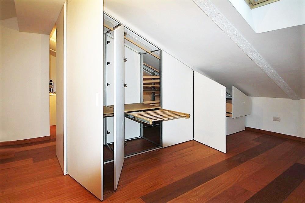 un grande spazio mansarda da dividere con un armadio