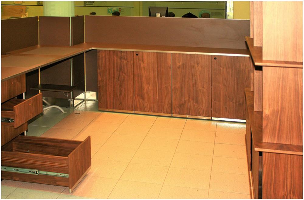 Interno bureau con postazioni di lavoro e cassettiera