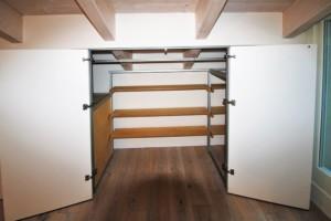 armadio mansarda-interno con appenderia frontale e ripiani posteripori