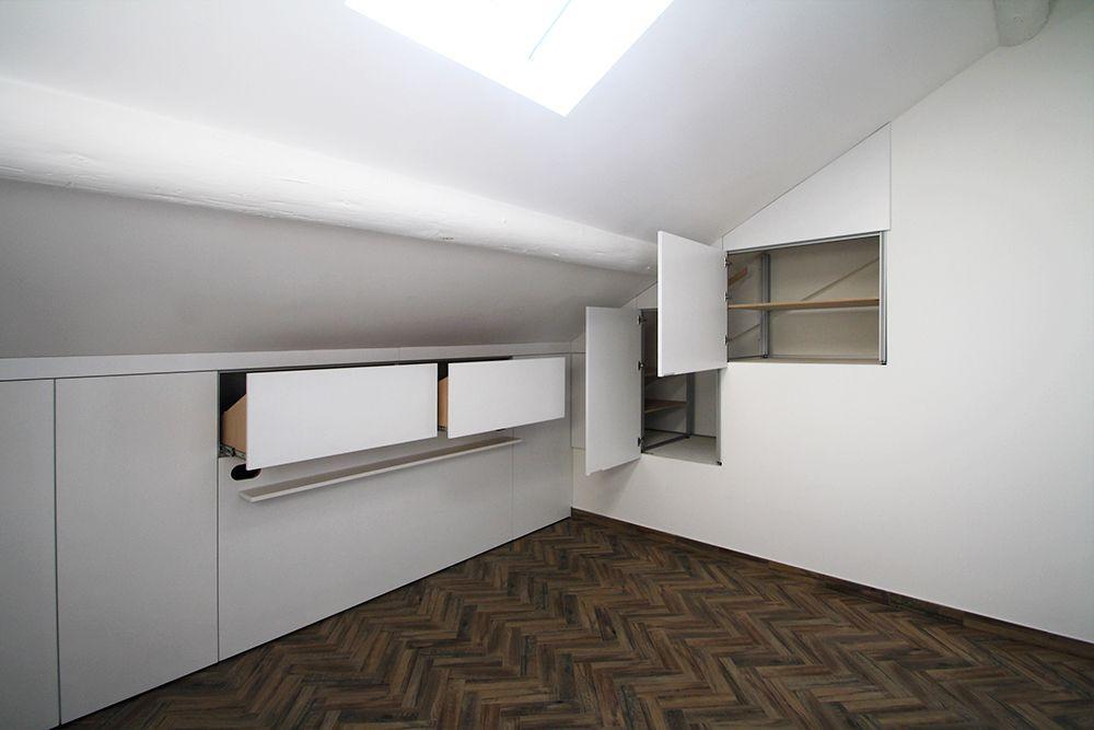 Armadio mansarda con testata da letto e parete con nicchie