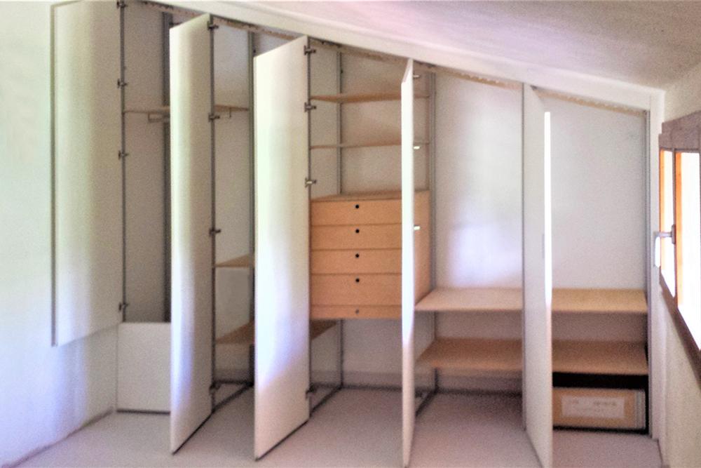 armadio-mansarda-bianco-interno con pannellino anta fisso