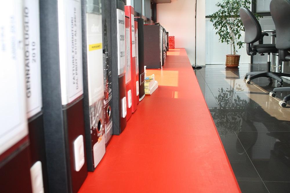 mobili su misura da ufficio, mensola lunga tutta la parete