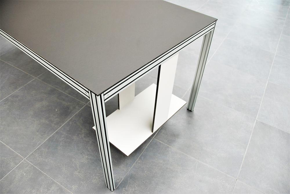 Tavolo scrivania con porta pc fabbricato con materiali senza formaldeide