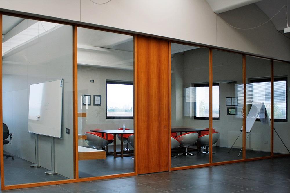 Arredamento Ufficio. Mobili su misura da ufficio, interparete in Teak e cristallo