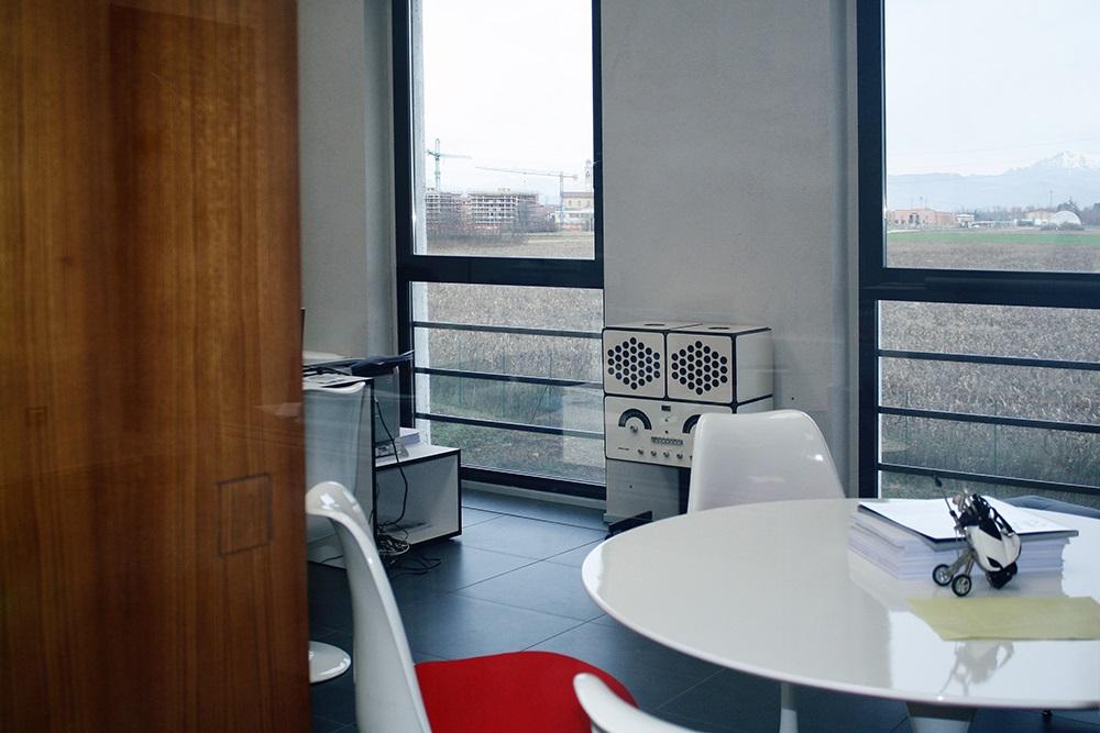 Mobili su misura da ufficio meglio in uno spazio molto luminoso con grandi finestre.