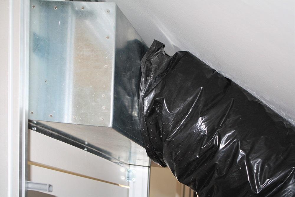 Armadio mansarda su misura con tubo aria condizionata