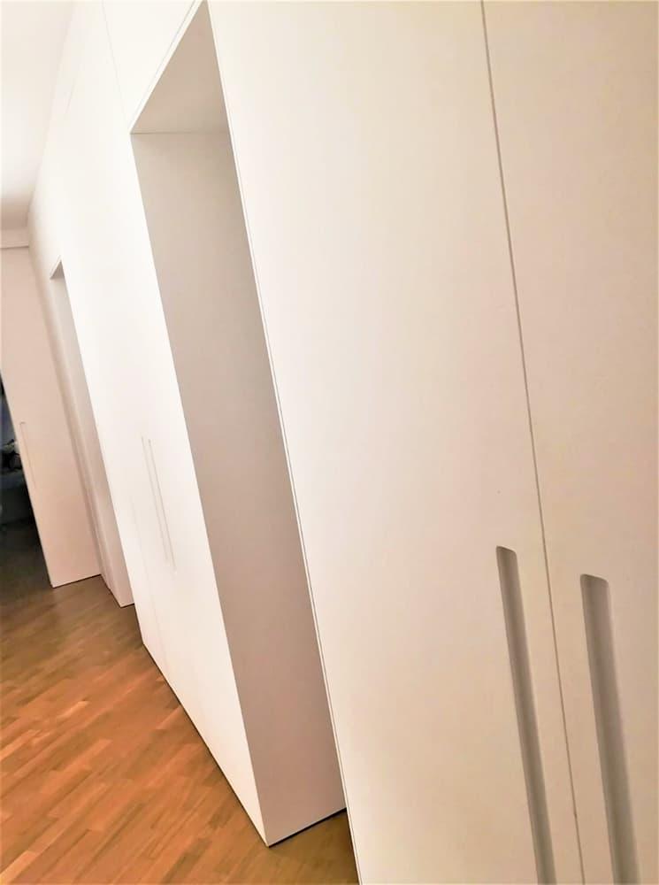 Armadio a muro in corridoio